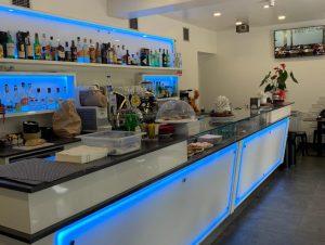 Bar caffetteria, lounge bar, tavola calda-fredda in centro paese in piazza Vimodrone, Milano